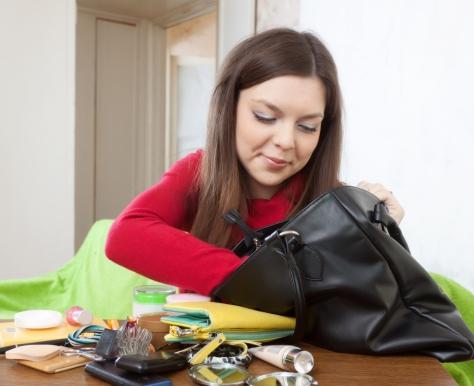 Descubra os itens indispensáveis na bolsa de uma mulher