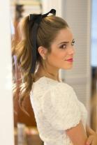 Prenda os cabelos bem no alto da cabeça e aplique um laço. Fica romântico, lindo!