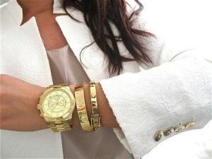 Um relógio grande e dourado pode dar um charme especial ao look