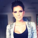 Coque estilo bagunçado fica lindo quando quiser prender o cabelo de última hora. Faça como a bela Mariana Rios.