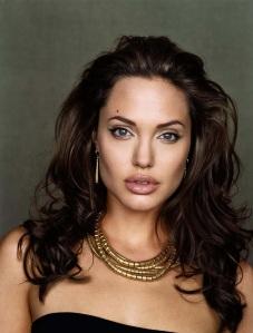 O rosto da atriz Angelina Jolie tem formato quadrado, quase retangular