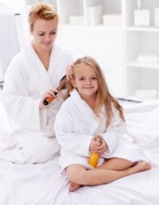 mae-secando-cabelo-crianca-bela-center