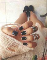 Unhas pretas e look ousado