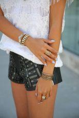 Pulseiras, aneis e unhas clarinhas
