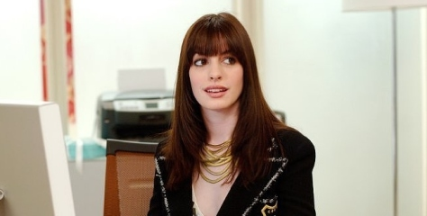 """Anne Hathaway no filme """"O Diabo Veste Prada"""", de 2006"""